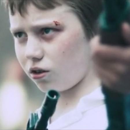 Barn med pistol.