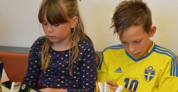 Två barn läser varsin bok.