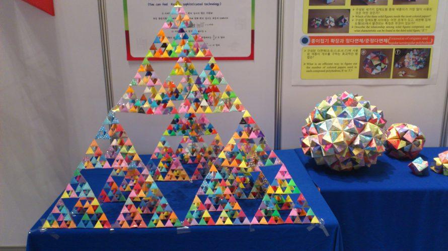 Pyramid byggd av små pyramider i papper.