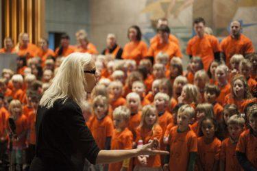 Annika Josefsson dirigerar barnkör.