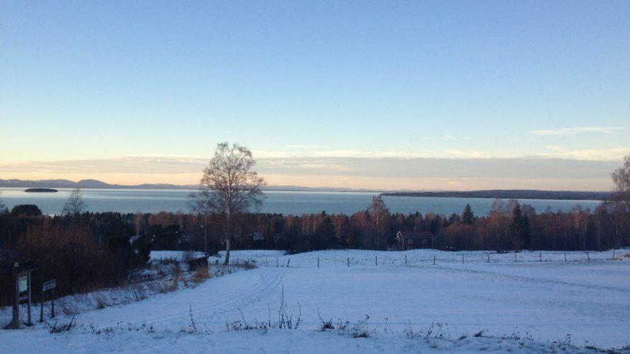 Vy över Siljan i vintrigt Dalarna.