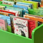Böcker i boklådor.