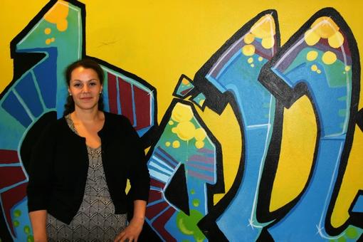 Melanie Piedoie framför grafittivägg.