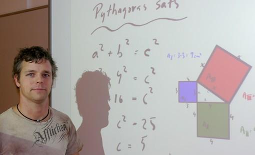 Christopher Häll framför presentation där phtyagoras sats visas.