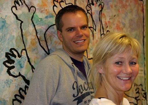Man och kvinna framför målad vägg.