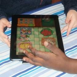 Elever spelar mattespel på ipad.