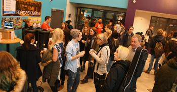 Elever och lärare minglar.