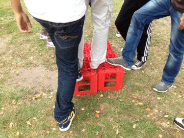 Elever ställer sig på röda backar.