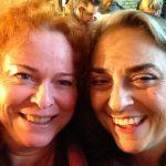 Två kvinnor tar selfie.