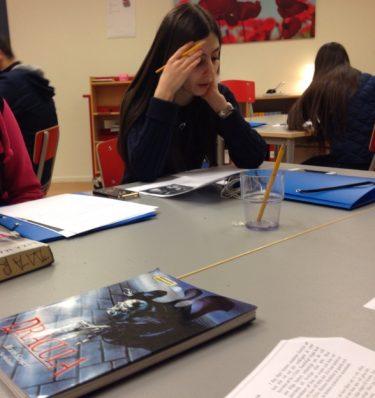 Elev läser Dracula.