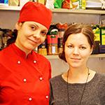 Nela är klädd i kockkläder tillsammans med Helena.