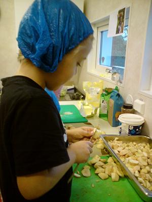 Barn skalar potatis.