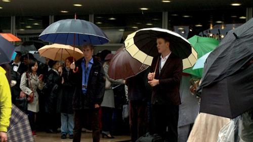 Personer med paraply.