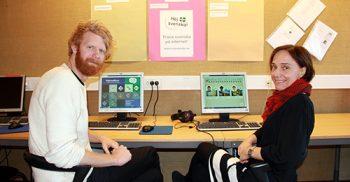 Dan Collin och Annika Hansen framför dator.