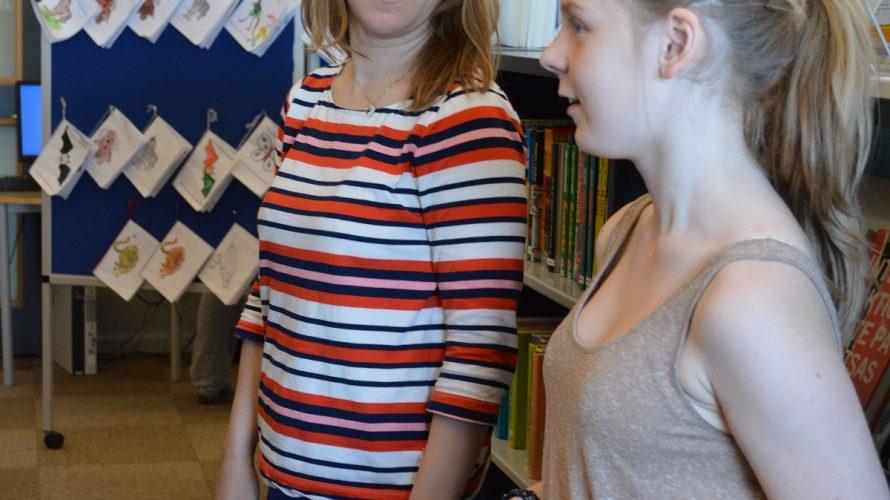 Maria Schedvin läser för två elever.