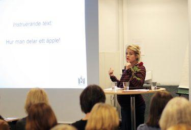 Sandra Dahlström föreläser framför projicerad presentation.