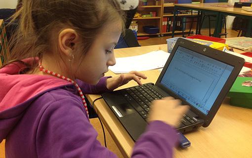 Elev skriver på dator.