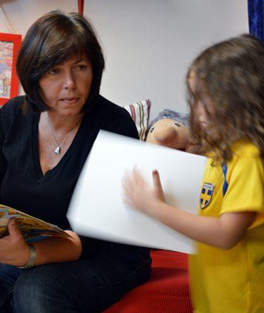 Pedagog läser för barn.