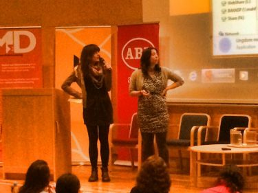 Selma och Ana står på scen.