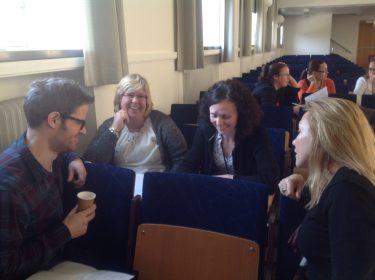 Fyra pedagoger på åhörarläktare.