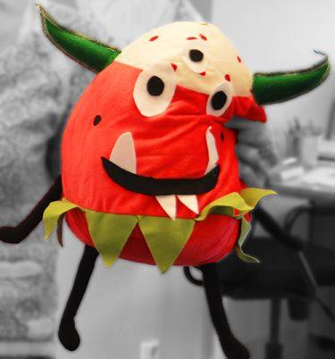 Monsterjordgubbe med gröna horn.