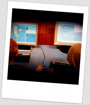 Barn programmerar i scratch.