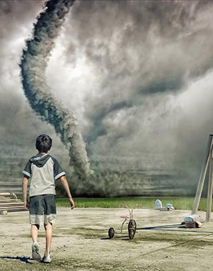 Pojke ser tornado.