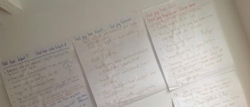 Tre affischer med text uppsatta på väggen.