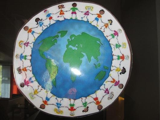 Tecknade barn håller händerna och står runt en jordglob.