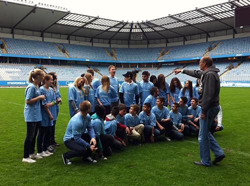 Stefan Tapper samlar ihop klassen inne på stadions gräsplan.