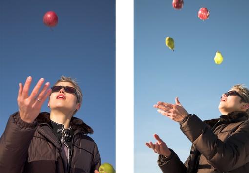 Kvinna jonglerar med flera vattenballonger.