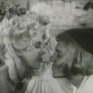 Två personer pussas.