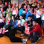 Elever håller upp röda kort där det står ge rött kort åt rasismen.