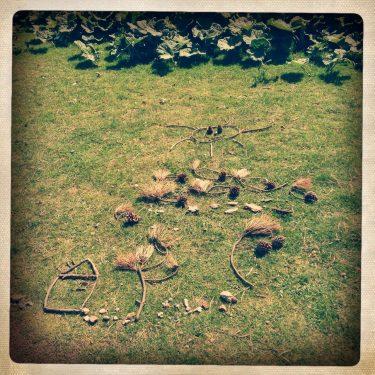Konstverk på gräsmatta.
