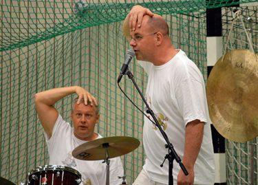 Två män spelar musik på scen.