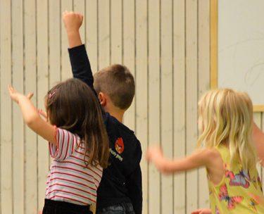 Barn dansar och hoppar.