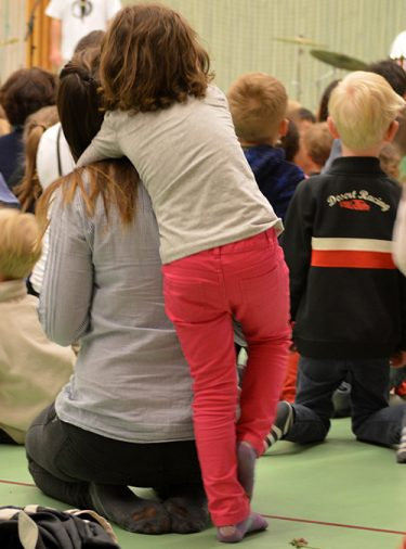 Barn kramar lärare.