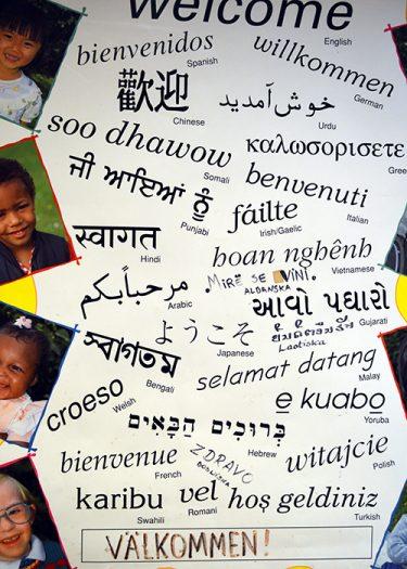 Ordet Välkommen står på massa olika språk.