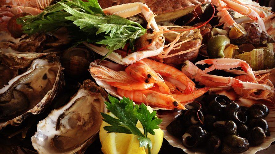 Skaldjurstallrik med ostron, räkor och krabba.