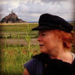 Anna w Gustafson framför slott på kulle.