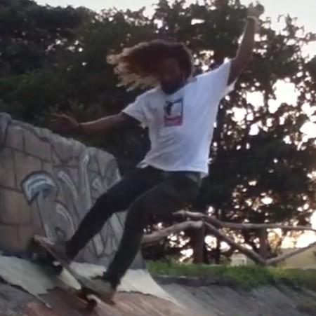 Man led långt hår åker skateboard i ramp.