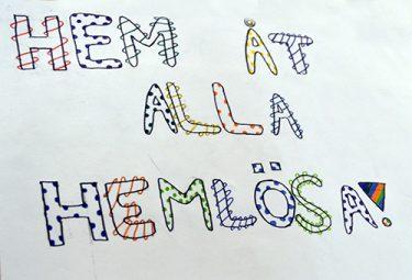 Målade bokstäver som bildar orden: Hem åt alla hemlösa.