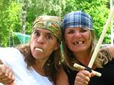 Två kvinnor utklädda till sjörövare.