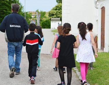 Barn går efter pedagog.