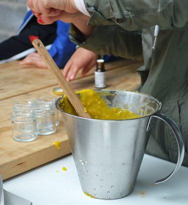 Gul smörja i ett litermått.