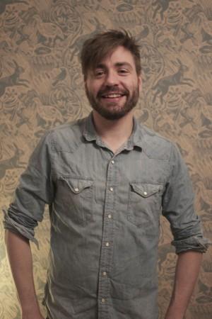 Olof Marnung framför målad vägg.
