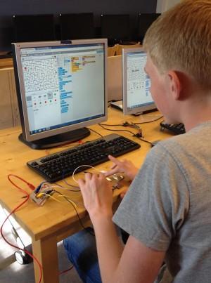 En elev i åk. 9 testar att kombinera en Makey Makey med ett labyrintspel som han har gjort i Scratch.