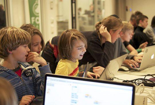 Elever sitter vid datorer.