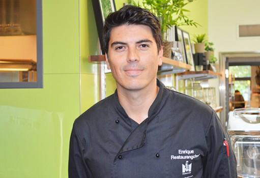 Enrique Urra i restaurang.