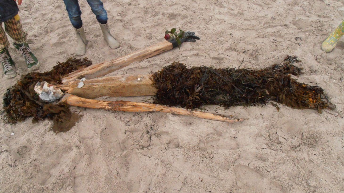 Sjöjungfru gjord av material från stranden.